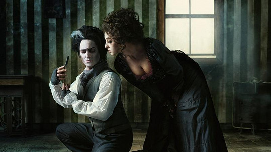 Saša Rašilov jako ďábelský holič Sweeney Todd se svou družkou Vandou Hybnerovou.