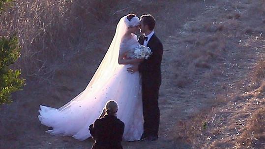 Nevěsta a ženich - Anne Hathaway a Adam Shulman.