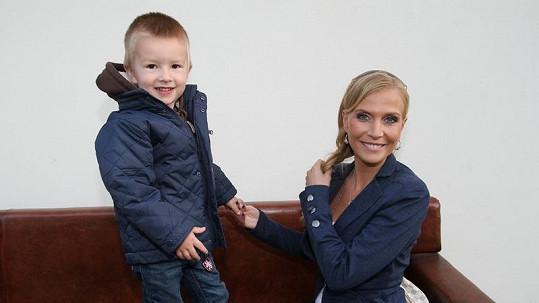 Michaela Ochotská a tříletý Adam Exner.