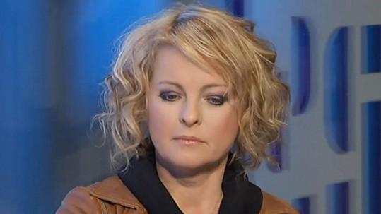 Iveta Bartošová chce od televize peníze.