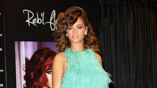 Rihanna v neopakovatelném pštrosím modelu.