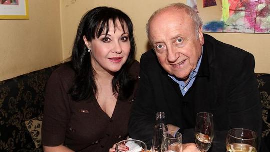 Felix Slováček si stejně jako jeho žena nechal operovat oči.