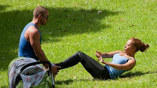 Mel B cvičí, zatímco její dcera dřímá v kočárku.