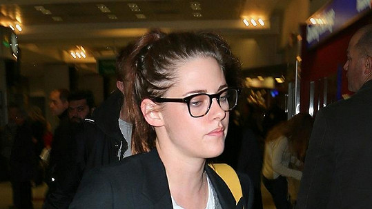 Kristen Stewart módní doplněk velmi sluší.
