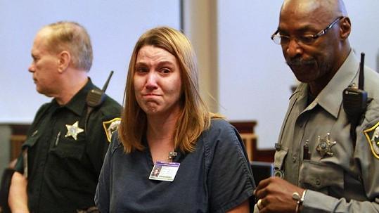 Zdrcená Amanda Brumfield se dívá směrem ke své rodině poté, co si vyslechla rozsudek.
