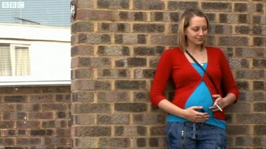 Těhotná Charlie Wilcox s cigaretou.