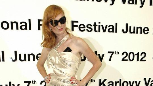 Aňa nebyla šaty Dior nadšená.