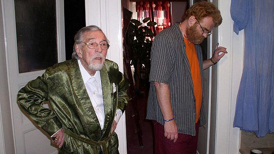 Pavel Vondruška ve své předposlední roli ve filmu Rekvalifikace. Na snímku s moderátorem a režisérem Vladem Štanclem.