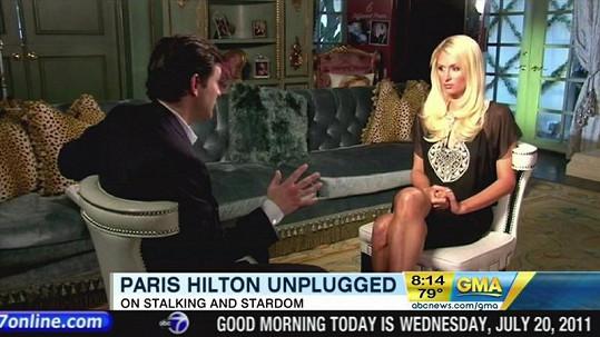 Paris Hilton s moderátorem Danem Harrisem předtím, než utekla.