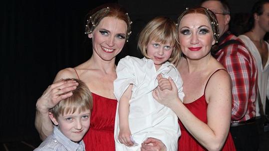 Kateřina Rejmanová-Benešová se svými dětmi a Bárou Basikovou.