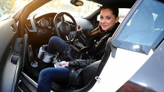 Hana Svobodová v Leošově autě.