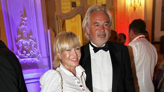 Jana Švandová s manželem na večírku.