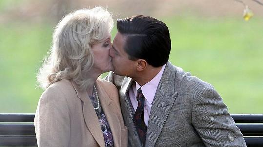 Leonardo DiCaprio a Joanna Lumley natáčeli scény do nového filmu.