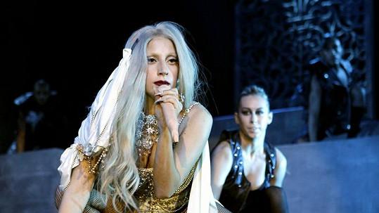 Lady Gaga a mikrofon ve tvaru mužského přirození.