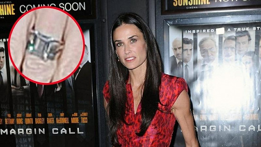 Demi Moore vypadá unaveně. Snubní prsten zatím nesundala z ruky.