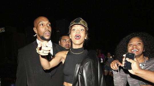 Hvězda první velikosti? Rihanna vyráží na párty bez podprsenky a s propoceným tílkem.