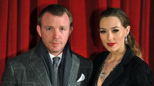 Guy Ritchie s přítelkyní Jacqui, která mu porodila druhé dítě.