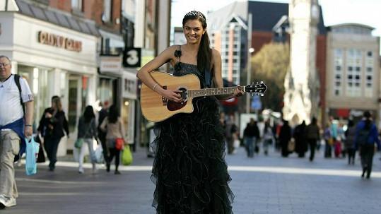 Lena Walker - stane se z pouliční muzikantky nová Miss England?