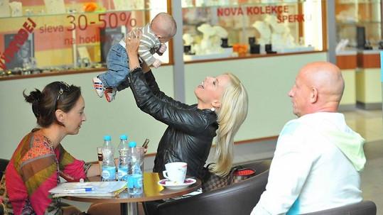 Katka si hraje s neznámým dítětem.