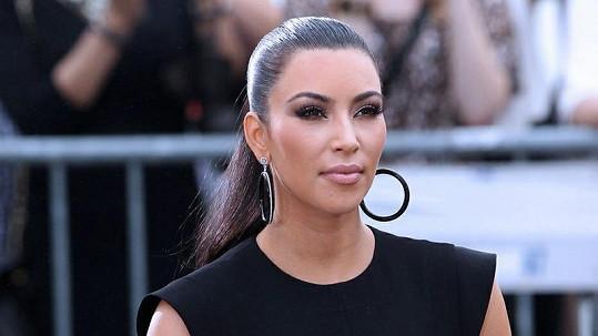 Kim Kardashian jako porotkyně módní show.