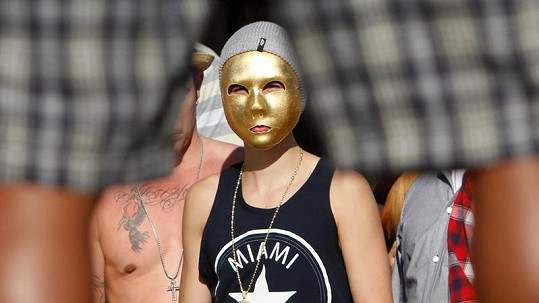 Popová hvězda si vyšla ven s otcem a kamarádem v nezvyklé masce.
