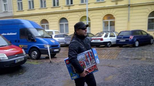 Petr Kolář nakupoval pro své syny vánoční dárky.