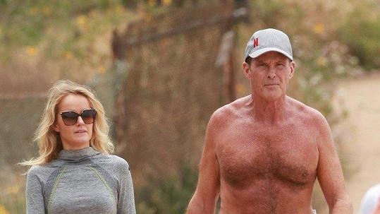 David Hasselhoff na procházce se snoubenkou Haley Roberts.