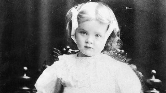 Z téhle roztomilé holčičky vyrostla velmi svérázná hvězda. Tipnete správně?