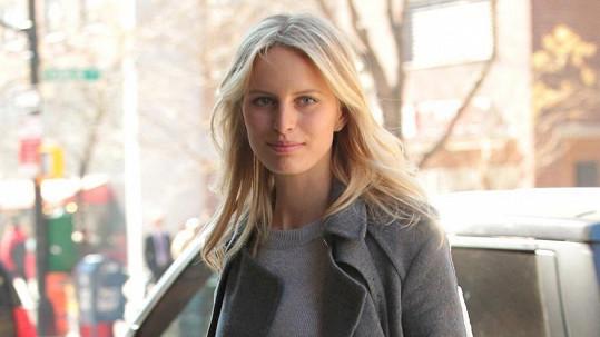 Karolína Kurková v New Yorku před hotelem.