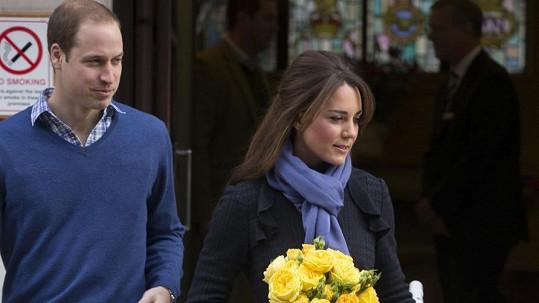 Princ William odvádí Kate z londýnské nemocnice, kde byla loni hospitalizována kvůli nevolnostem.