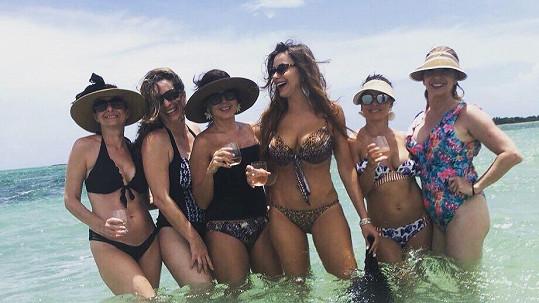 Sofia Vergara (třetí zprava) vyrazila na dovolenou s kamarádkami.