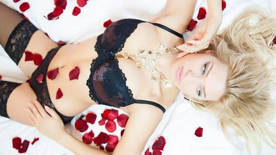 Tipovali byste, že je tahle sexbomba stydlivá?