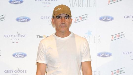 Antonio Banderas se už nechlubí tmavými vlasy.
