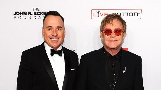 Oficiálně manželé. A jde se slavit! psal Elton John na sociální síti.