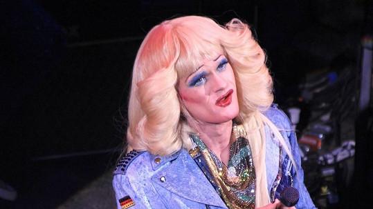 Odhadnete, kdo se ukrývá pod parukou a make-upem?