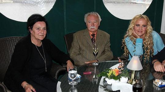 Vendula Pizingerová s maminkou a rodinným přítelem.