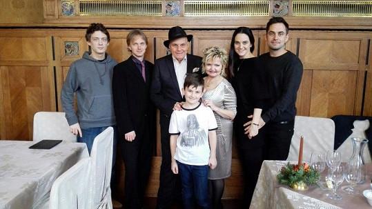 Libuška Vojtková s přítelem, synem, Evou Hruškovou a Janem Přeučilem.