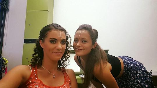 Veronika Zelníčková (vlevo) s kolegyní dnes před představením Mamma Mia