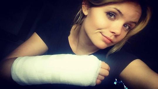 Veronika Stýblová si pochroumala ruku.