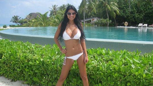 Julie předvedla své bujné křivky na Maledivách