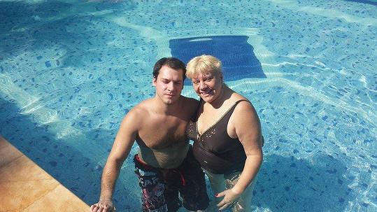 V bazénu se Marie cachtá se synem Vilémem.