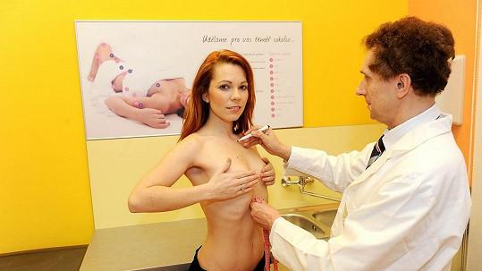 Míša na vyšetření před zvětšením prsou.