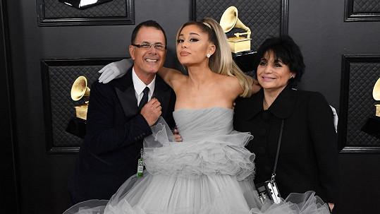 Ariana Grande se po letech objevila s oběma rodiči.