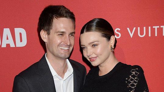 Rok po svatbě se Miranda Kerr a Evan Spiegel stali rodiči.