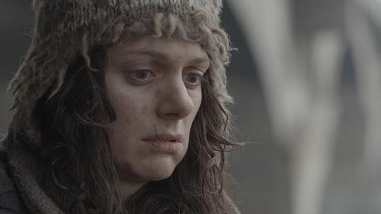 Klára Issová jako bezdomovkyně v cyklu Škoda lásky