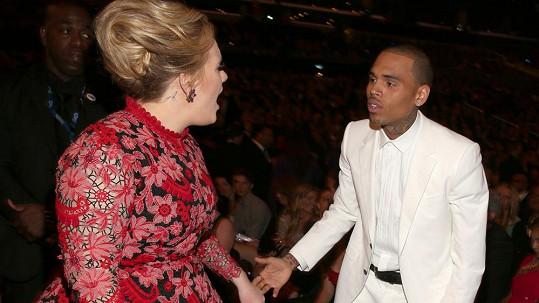 Adele se nebála otevřít pusu na drsňáka Chrise Browna.
