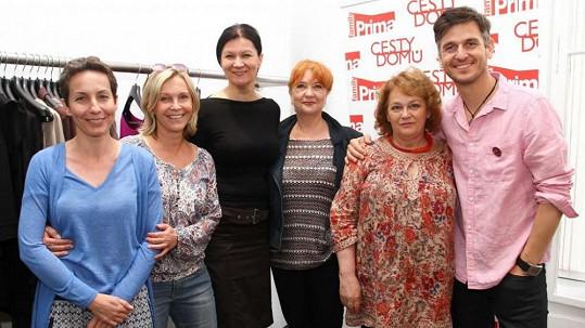 Barbora Lukešová (vlevo) spolu s kolegy ze seriálu cesty domů podpoří pochod proti rakovině prsu.