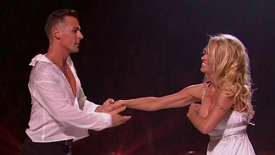 Pamela Anderson si při vystoupení upravovala šaty.