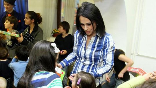 Vendulka Křížová rozdávala dárky cizím dětem.