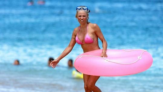 Pamela Anderson do starého železa rozhodně nepatří.